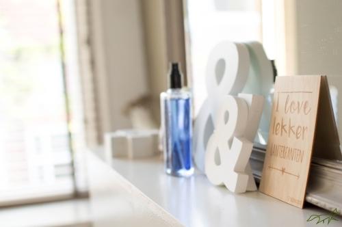 Binnenkijken | Onze woonkamer met blauwe accessoires |